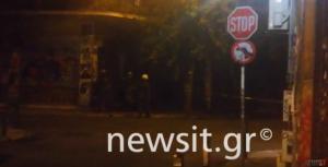 Επίθεση στα γραφεία του ΠΑΣΟΚ: Η στιγμή προσαγωγής στα Εξάρχεια [vid]