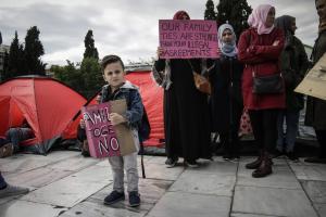 Απεργία πείνας προσφύγων στο Σύνταγμα – «Επίθεση» του Δήμου Αθηναίων στην κυβέρνηση