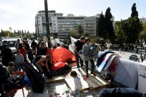 Τέλος η απεργία πείνας για τους πρόσφυγες στο Σύνταγμα – «Φεύγουμε για τα παιδιά μας» [pics]