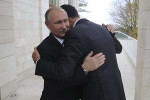 Η αγκαλιά του Πούτιν στον Άσαντ: Πώς ερμηνεύεται