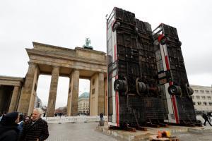 Τι κάνουν τρία… όρθια λεωφορεία μπροστά στην Πύλη του Βρανδεμβούργου;