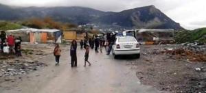 Θήβα: Επίθεση Ρομά σε αστυνομικούς μέσα σε καταυλισμό – Έσπασαν δύο περιπολικά
