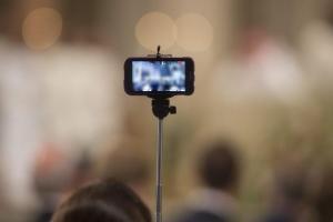 Λάρισα: Ανατριχιαστική selfie σε νεκροταφείο – Οι εξηγήσεις των πρωταγωνιστών και η καμπάνα του δικαστηρίου!
