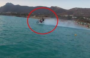 Απίστευτο! Κρητικός «σερφάρει» με τη μηχανή του στη θάλασσα! [vid]