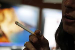 Ολλανδικό δικαστήριο απαγόρευσε τους χώρους για καπνιστές σε καφετέριες και μπαρ