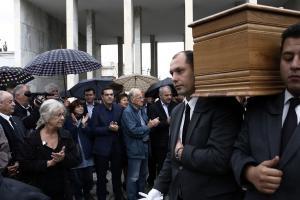 Πλήθος κόσμου στο τελευταίο «αντίο» στον Κώστα Βεργόπουλο – «Παρών» και ο Αλέξης Τσίπρας [pics]
