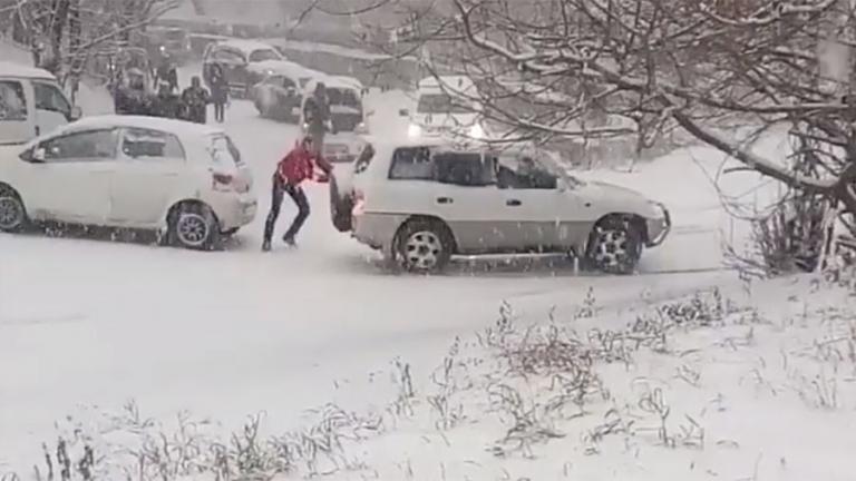 Πάνω από 250 τροχαία από την σφοδρή χιονόπτωση στο Βλαδιβοστόκ! [pics, vids] | Newsit.gr