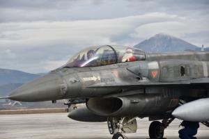 Λάρισα: Ο Άγιος Βασίλης που έφτασε με μαχητικό F 16 – Τα δώρα στα παιδιά που τον περίμεναν [pics]