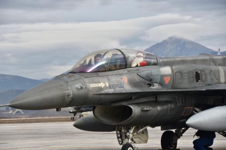 Λάρισα: Ο Άγιος Βασίλης που έφτασε με μαχητικό F 16 – Τα δώρα στα παιδιά που τον περίμεναν [pics] | Newsit.gr
