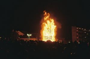 Φλώρινα: Το έθιμο με τις χριστουγεννιάτικες φωτιές γεμίζει την πόλη – Πληρότητα που αγγίζει το 100%!