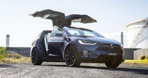 Η Daimler διαλύει νοικιασμένο από ιδιώτη Model X για να μάθει τα μυστικά της Tesla