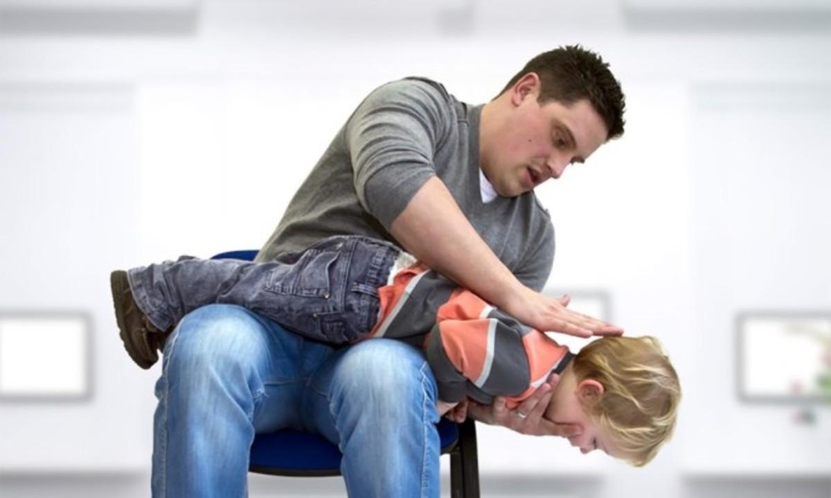 Πνιγμός από αντικείμενο: Οι κινήσεις που σώζουν το παιδί [vid] | Newsit.gr