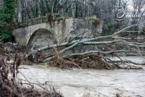 Καστοριά: Κατέρρευσε η ιστορική γέφυρα της Ποριάς – Η περιοχή πριν και μετά την καταστροφή [pics, vid]