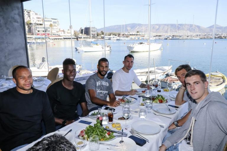 Ολυμπιακός: Λεμονής και παίκτες γευμάτισαν στο Μικρολίμανο [pics] | Newsit.gr