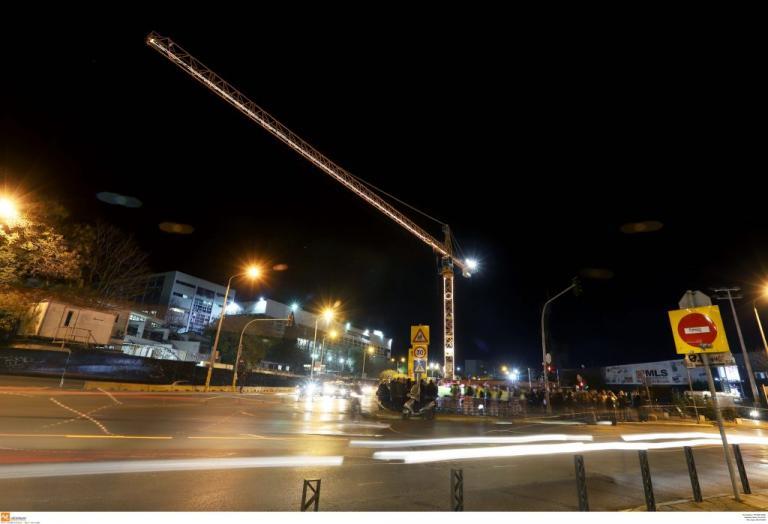 Θεσσαλονίκη: Φωταγωγήθηκαν για τα Χριστούγεννα τρεις μεγάλοι γερανοί σε εργοτάξια του μετρό | Newsit.gr
