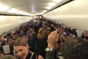 ΑΕΚ: Το… γλέντησαν με τον ύμνο της Ένωσης στο αεροπλάνο [vid]