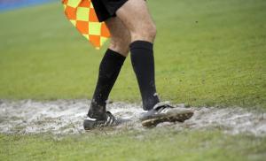 Επιθέσεις σε διαιτητές και διακοπή στα ματς!