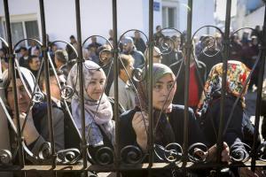 Ο Ερντογάν στο τζαμί, οι γυναίκες στα… κάγκελα