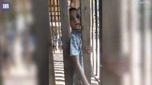 Έκλεινε το παιδί του σε ξύλινο κλουβί [vid]