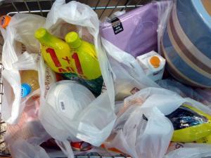 Πλαστική σακούλα με χρέωση 4 λεπτά το κομμάτι! Βάζουν και τον ΦΠΑ