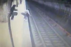 Προσπαθούσε να ανέβει στην αποβάθρα – Την έσπρωξε και την παρέσυρε το τρένο [vid]