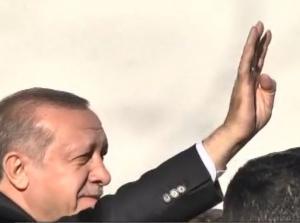 """Έκανε """"ραμπιά"""" ο Ερντογάν στη Θράκη – Γιατί χαιρέτισε με αυτόν τον τρόπο"""