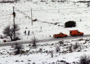 Χωρίς ρεύμα τα Καλάβρυτα – Έπεσαν οι στύλοι της ΔΕΗ από το χιόνι!