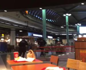 Ολλανδία: Πανικός στο αεροδρόμιο στο Άμστερνταμ – Αστυνομικοί πυροβόλησαν άνδρα που κρατούσε μαχαίρι [vid]