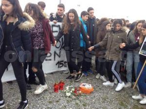 Λάρισα: «Αλυσίδα» μαθητών για τους νεκρούς των τρένων – Συγκίνηση δίπλα στις γραμμές του ΟΣΕ [pics]