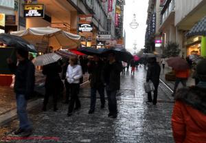 Κυριακή με βροχές και… ανοιχτά καταστήματα! Δείτε το ωράριο
