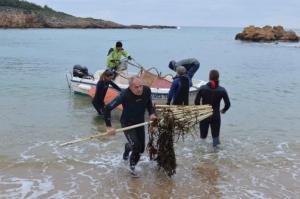 Χανιά: Και ο αντιδήμαρχος βούτηξε στη θάλασσα για να την καθαρίσει [vids]