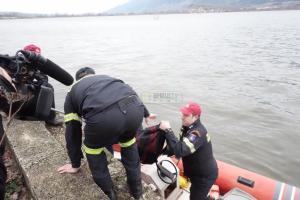 Γιάννενα: Αυτή η τσάντα μέσα στη λίμνη προκάλεσε συναγερμό – Τι έκρυβε στο εσωτερικό της [pic, vid]