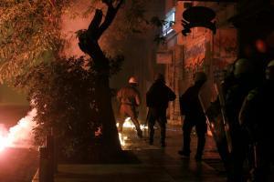 Εξάρχεια: Επιθέσεις με μολότοφ και πέτρες εναντίον των ΜΑΤ – Μία σύλληψη