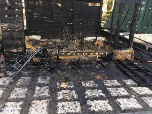 Λάρισα: Έβαλαν φωτιά και έκαψαν τη χριστουγεννιάτικη φάτνη – Οι εικόνες που άφησαν πίσω [pics]