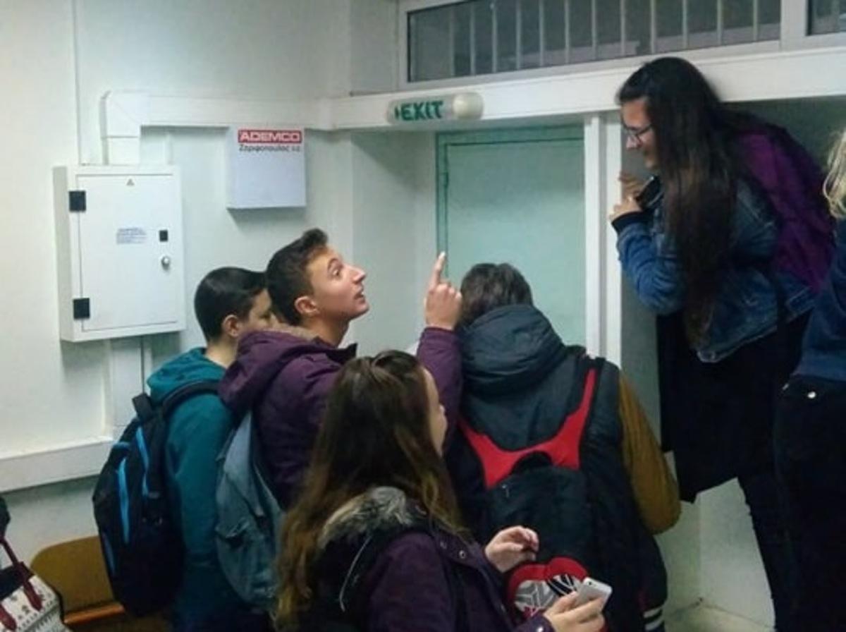 Απίστευτο! Μαθητές και καθηγήτρια στο Αγρίνιο εγκλωβίστηκαν μέσα σε σχολική αίθουσα!   Newsit.gr