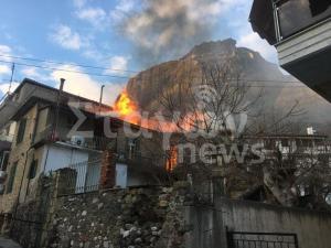 Μεγάλη φωτιά σε σπίτι στην Καλαμπάκα [vid]