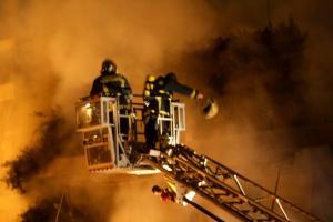 Υπό μερικό έλεγχο η φωτιά στο κέντρο της Αθήνας