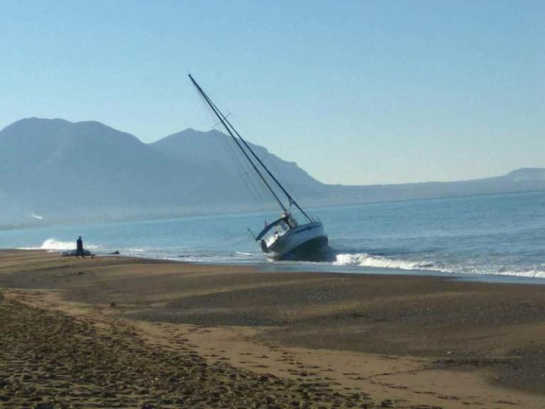 Ιστιοφόρο «φάντασμα» προσάραξε στην Κυπαρισσία | Newsit.gr