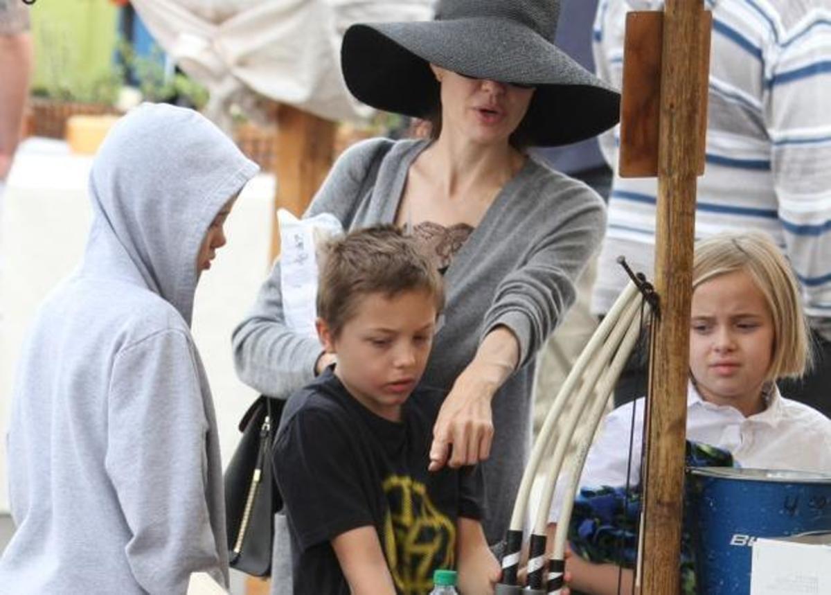 Angelina Jolie: Βόλτα με τα παιδιά την ώρα που δημοσιεύματα την αποκαλούν… αποστεωμένη! [pics] | Newsit.gr