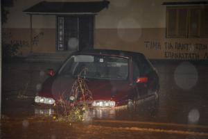 Καιρός: «Εξαφανίζουν» τα πάντα οι σφοδρές καταιγίδες – «Φουσκώνουν» επικίνδυνα μεγάλοι ποταμοί