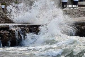Θυελλώδεις άνεμοι και κύματα 3 μέτρων στο Ναύπλιο! Εντυπωσιακές εικόνες [pics, vid]