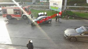 Αυτοκίνητο «καρφώθηκε» σε κολόνα της ΔΕΗ – Κόπηκε στην μέση από τη σφοδρή σύγκρουση [pics]