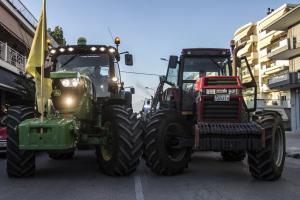 Αγρότες με τρακτέρ συγκεντρώθηκαν στον Τύρναβο