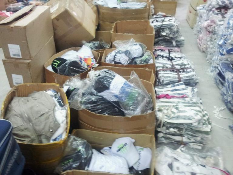 Βρέθηκαν χιλιάδες ρούχα και κολόνιες – μαϊμού – Θα τα πληρώναμε για γνήσια