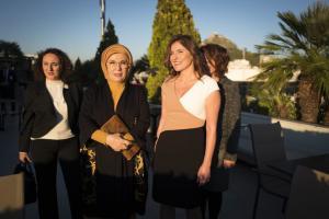 """Μπέτυ Μπαζιάνα – Εμινέ Ερντογάν: """"Μέσα"""" στην συνάντηση τους"""