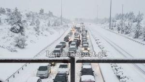 Απόγνωση στην Αθηνών – Λαμίας! Κολλημένοι στα χιόνια οι οδηγοί [pics, vid]
