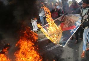 Βηθλεέμ: Παλαιστίνιοι έκαψαν φωτογραφίες του αντιπροέδρου των ΗΠΑ με φόντο… το Χριστουγεννιάτικο δέντροο
