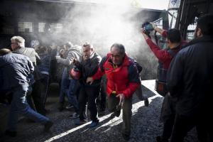 Άγρια επεισόδια διαδηλωτών του ΠΑΜΕ και αστυνομικών πάνω από το Μαξίμου!