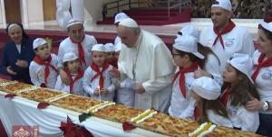 Ο Πάππας Φρασκίσκος έγινε 81 και έσβησε μια τεράστια πίτσα! [pics]