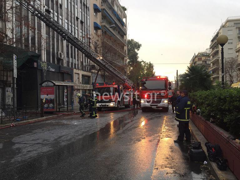 Μεγάλη φωτιά σε εγκαταλελειμμένο κτίριο στην Πατησίων – Εκκενώθηκε διπλανή πολυκατοικία | Newsit.gr